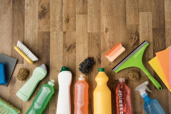 Productos de limpieza puestos en orden sobre el suelo