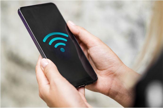 Imagen de un móvil con el icono del WIFI en azul