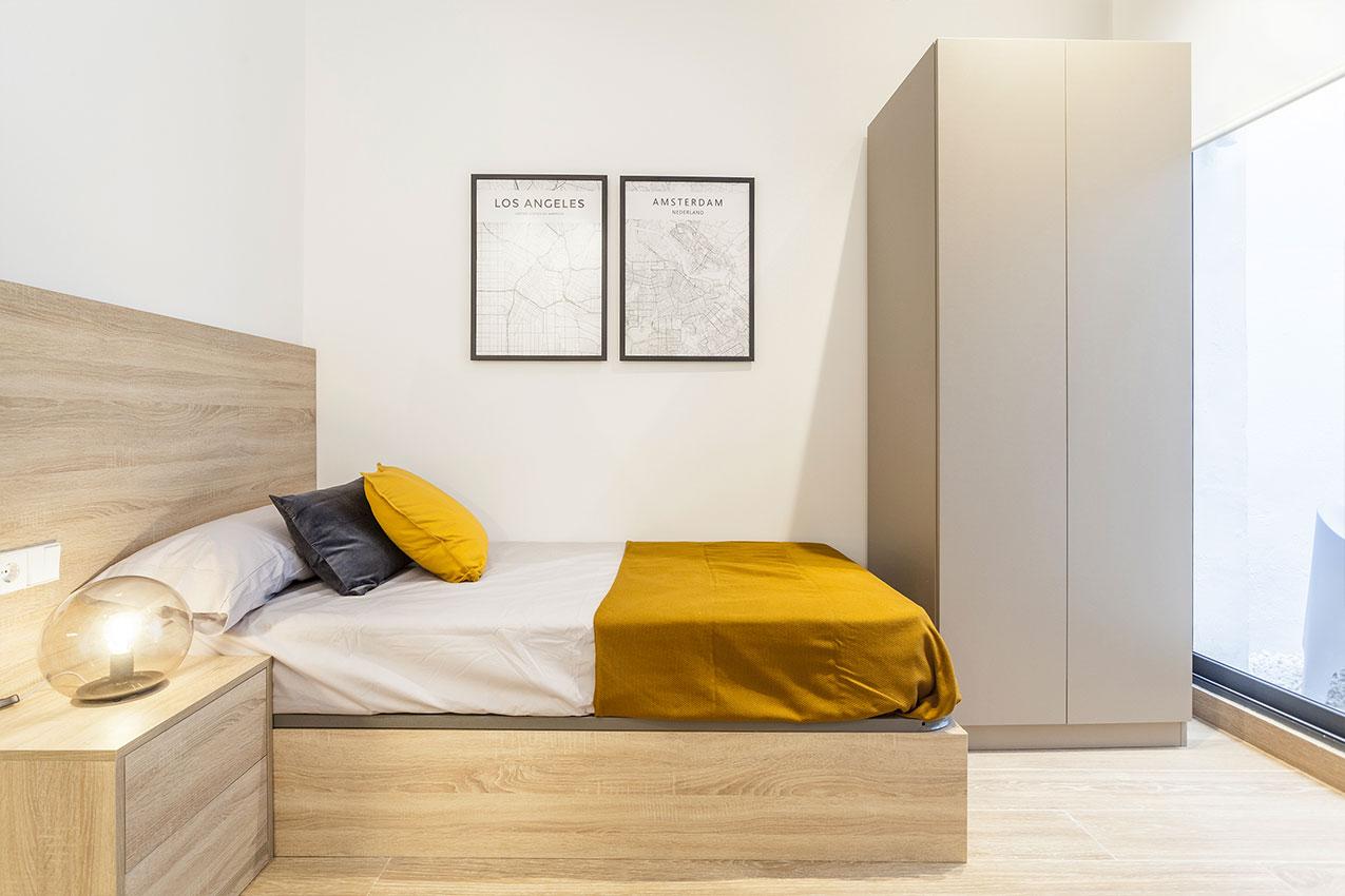 Habitación con cama,mesita y armario
