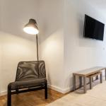 Salón con silla y lámpara en Patraix