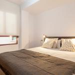Una cama doble de un piso en alquiler temporal de Valencia