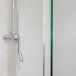 Es una ducha de baño de un apartamento compartido para estudiantes.