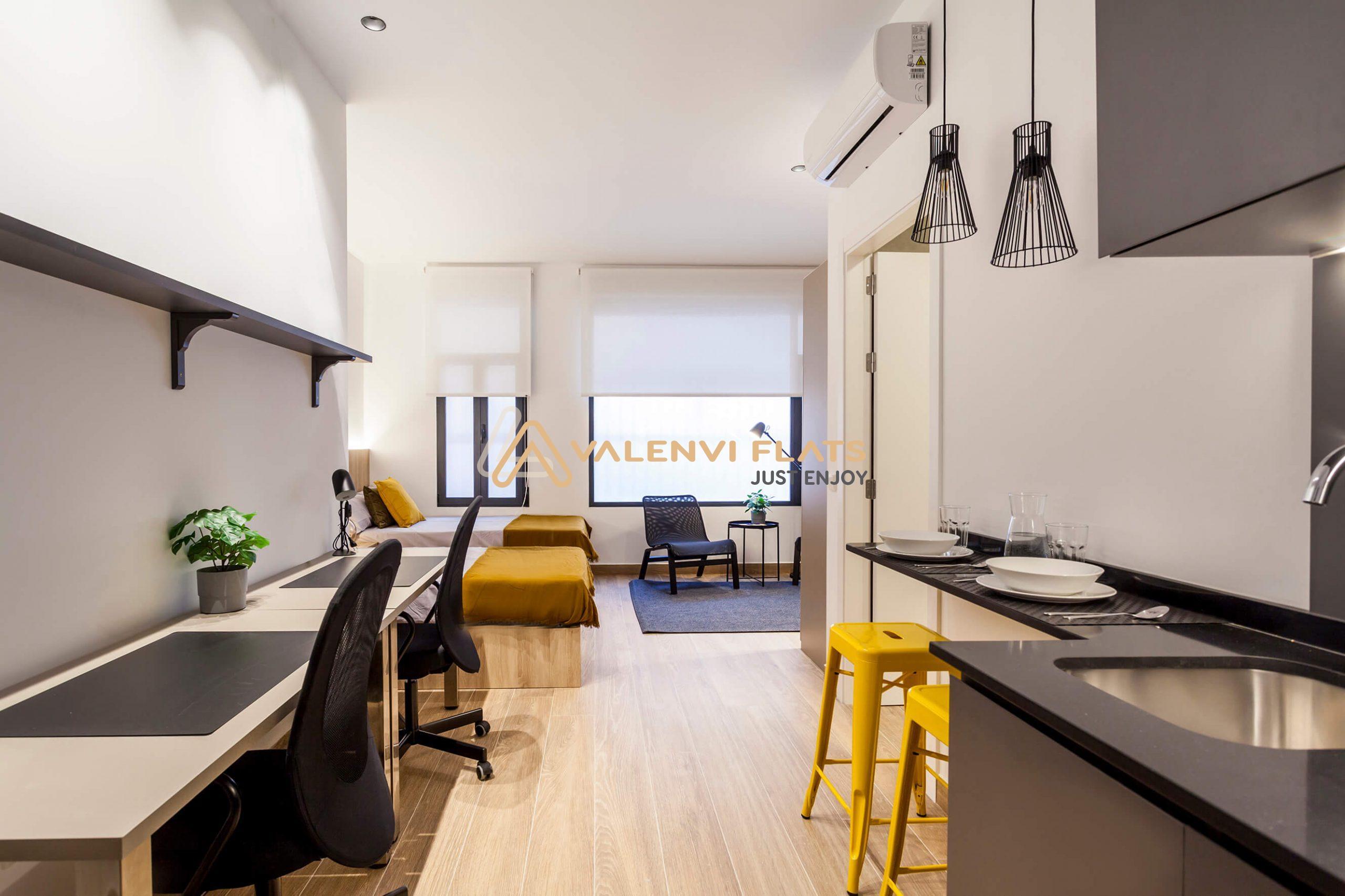 Estudio doble con cocina office, baño y mesas de trabajo en Coliving en Benimaclet