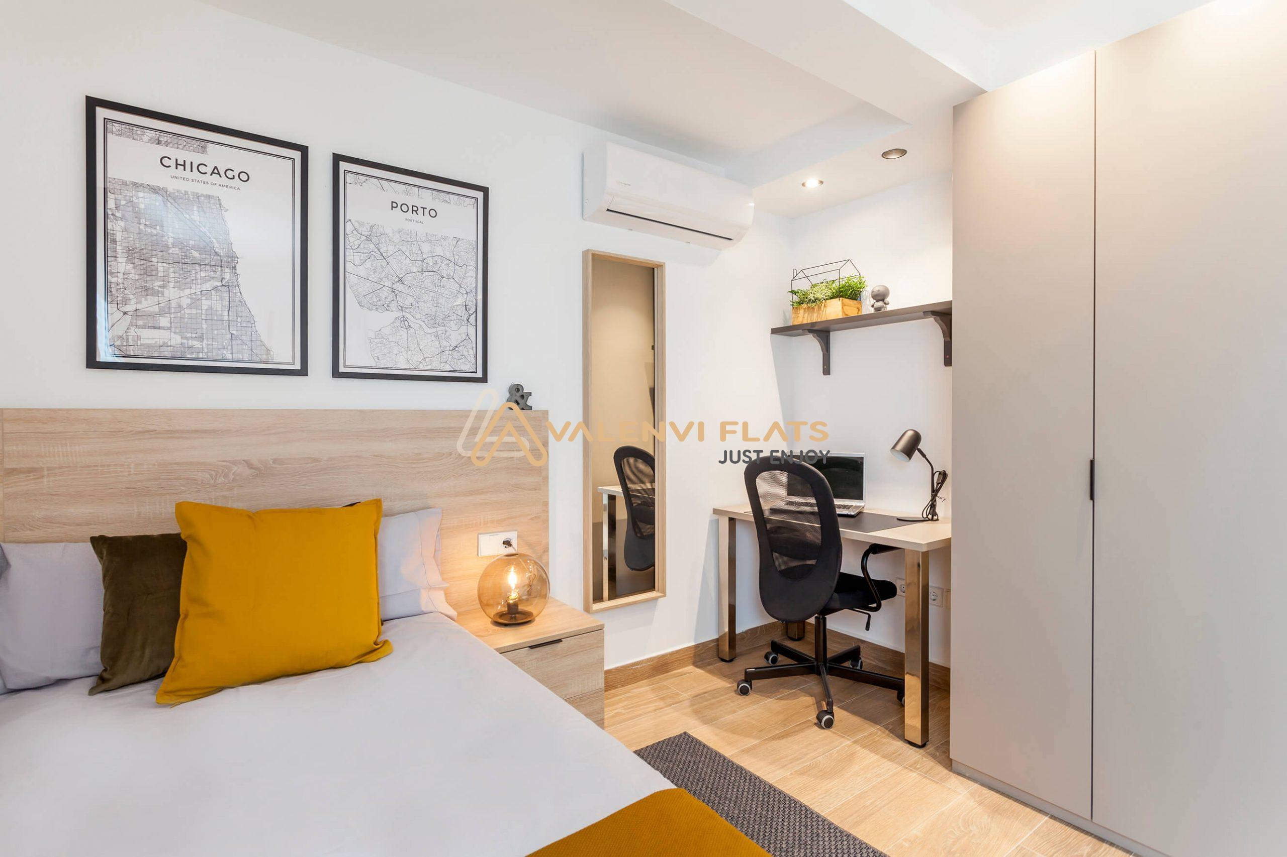 Estudio para una persona con armario, escritorio, aire acondicionado y decoración moderna