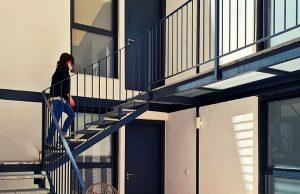 Estudiante subiendo las escaleras del primer piso de los estudios del Coliving